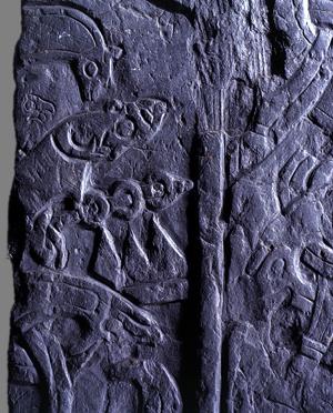 Historien om Sigurd fortælles på dette trækors. Foto: Isle of man Goverment Manx National Heritage