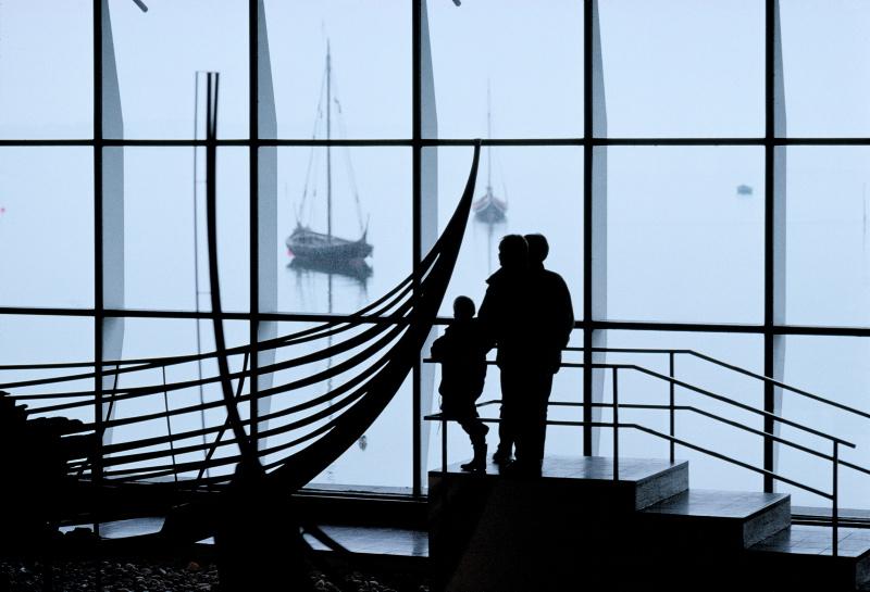 De fem originale Skuldelevskibe udstilles i Vikingeskibshallen.