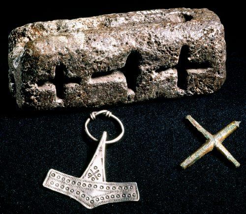 I denne støbeform kunne man både støbe kors og torshamre. Det er et tegn på, at overgangen til kristendommen var fredelig: Smykkemageren kunne åbenlyst lave begge typer. Foto: Nationalmuseet.