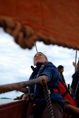 Kvinderne tager også godt fat på Havhingsten! Werner Karrasch, Vikingeskibsmuseet.