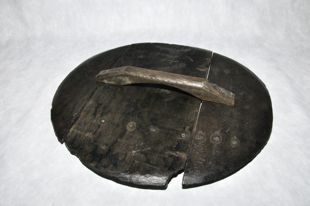Låget til kobberkarret er nu renset og kan samles til foto. Tydelige mærker efter trænagler viser præcis hvor håndtaget skal placeres.  Foto: Morten Johansen, Vikingeskibsmuseet.