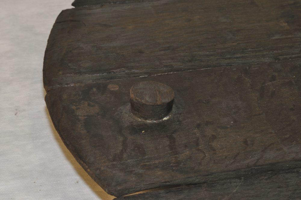 En meget velbevaret prop i et tøndelåg. Foto: Morten Johansen, Vikingeskibsmuseet.