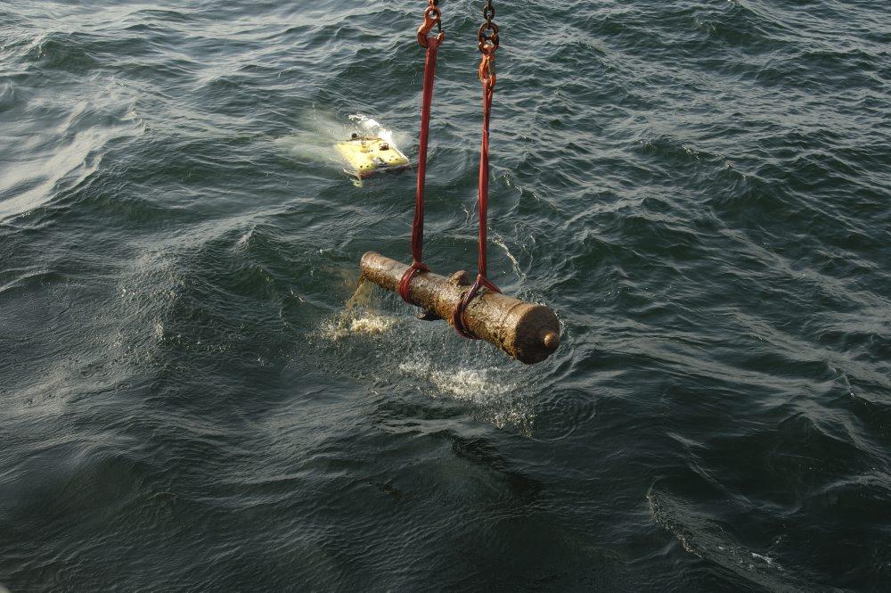 Den første kanon har netop brudt overfladen. Bemærk ROV'en, som har filmet hævningen. Foto: Anders Callesen, Vikingeskibsmuseet.