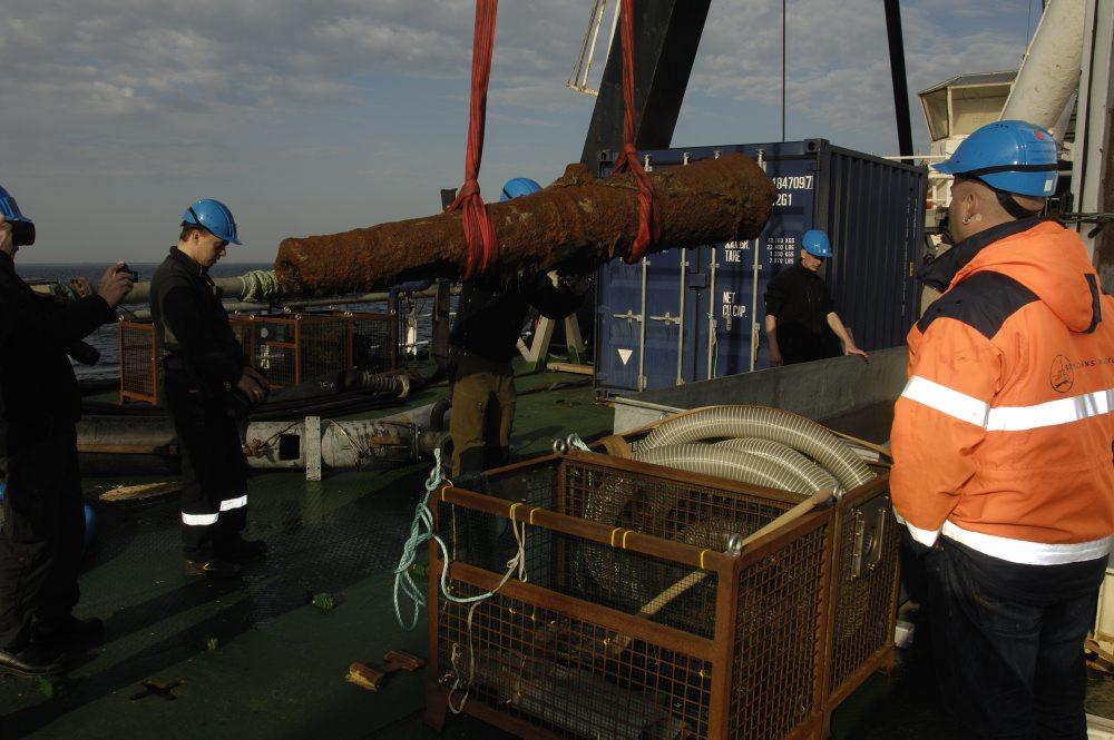 Kanonen lægges i et stort kar med saltvand for at forhindre yderligere iltning af metallet. Foto: Anders Callesen, Vikingeskibsmuseet.