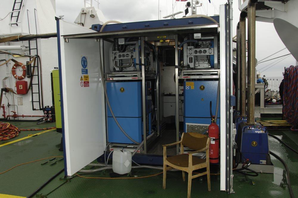 Nitrox-anlæg og kompressorer. Ved hjælp af Nitroxanlægget tilsættes luften, som dykkeren indånder, mere ilt, hvorved man får længere dykkertid og er mindre træt, når man kommer op. Der dykkes med 40 % ilt i stedet for de normale 21, der er i atmo