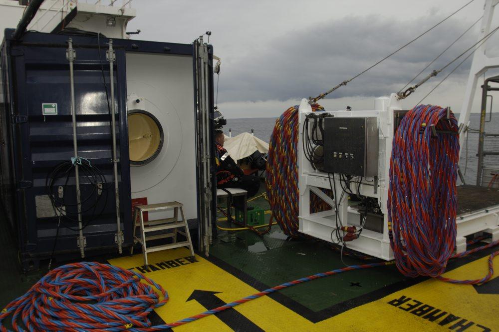 Trykkammeret eller behandlingskammeret, der er klar til anvendelse i tilfælde at en dykker pådrager sig dykkersyge. Foto: Morten Johansen, Vikingeskibsmuseet.