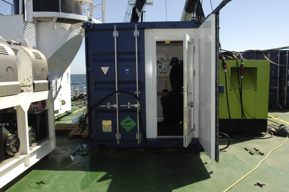 Dykkerledercontaineren med plads til dykkerleder og projektleder er det absolutte omdrejningspunkt, når der dykkes på skibsvraget. Dykkerlederen har ansvaret for hele dykket.  Det er ham, der holder styr på dykketider, dekompression, luftforsyning, van