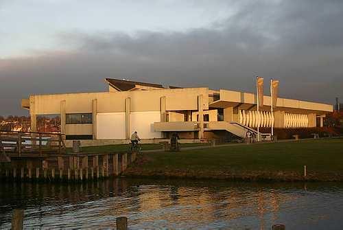 Vikingeskibshallen ved aftenstid, set fra Museumsøen. Foto Werner Karrasch
