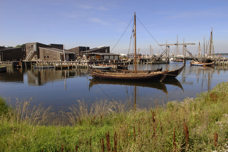I Museumshavnen kan du se nordiske både og Vikingeskibe ligge side om side.