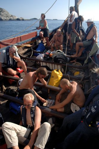 Et par gaster fordriver ventetiden med et slag skak på Havhingstens norgestogt i 2006. Foto: Werner Karrasch, Vikingeskibsmuseet.