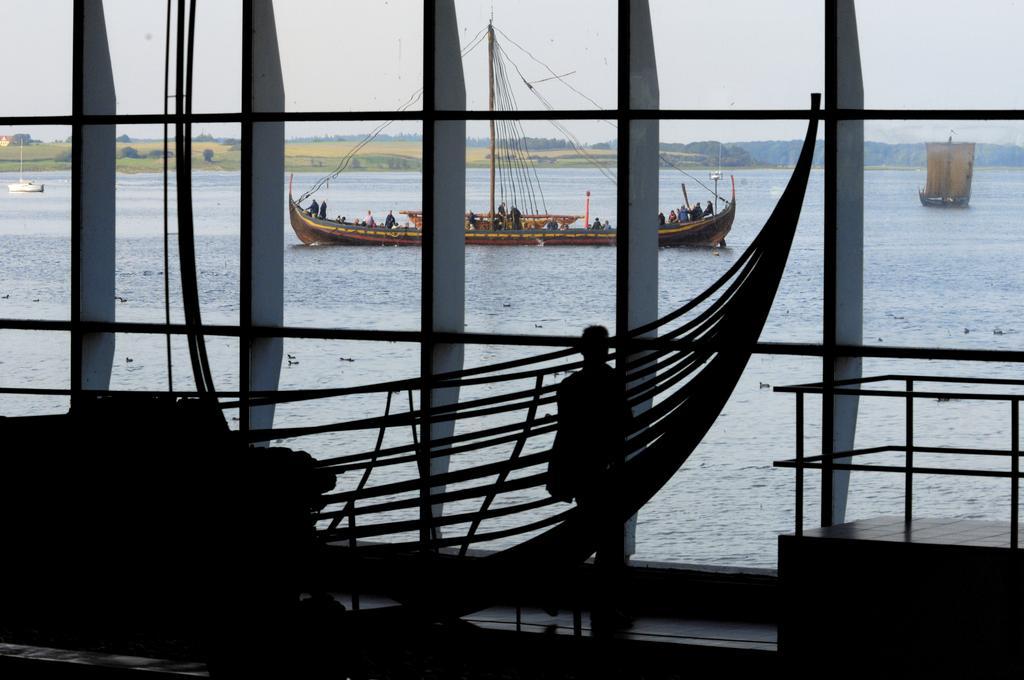 De sejlende rekonstruktioner på Roskilde fjord ses som baggrund for et af de originale vikingeskibsfund fra Skuldelev.