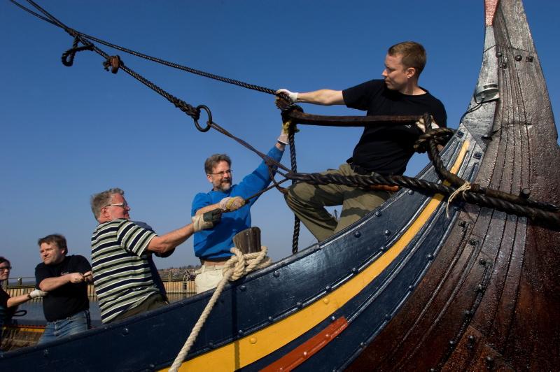 Der er nok at gøre med at male, tjære og sejle, når man er medlem af et vikingeskibsbådelaug