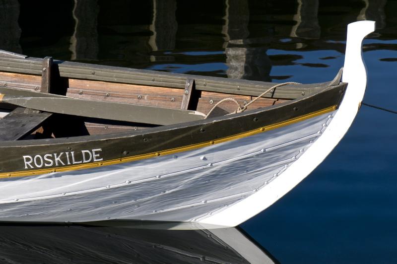 Denne færøbåd, som kun er otte alen (fem meter) lang, er en to-mandsbåd kaldet 'tribekkur' - eller på dansk; tre bænke.