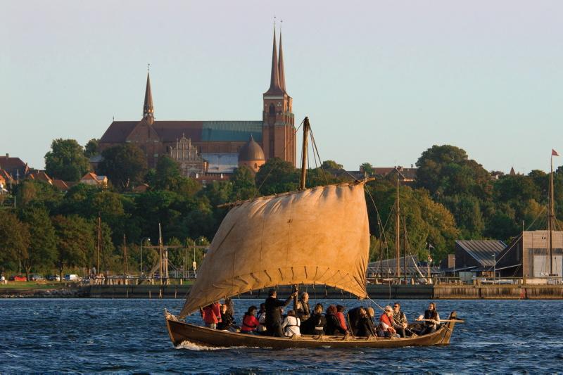 Sejl ud på Roskilde Fjord og få masser af frisk havluft.