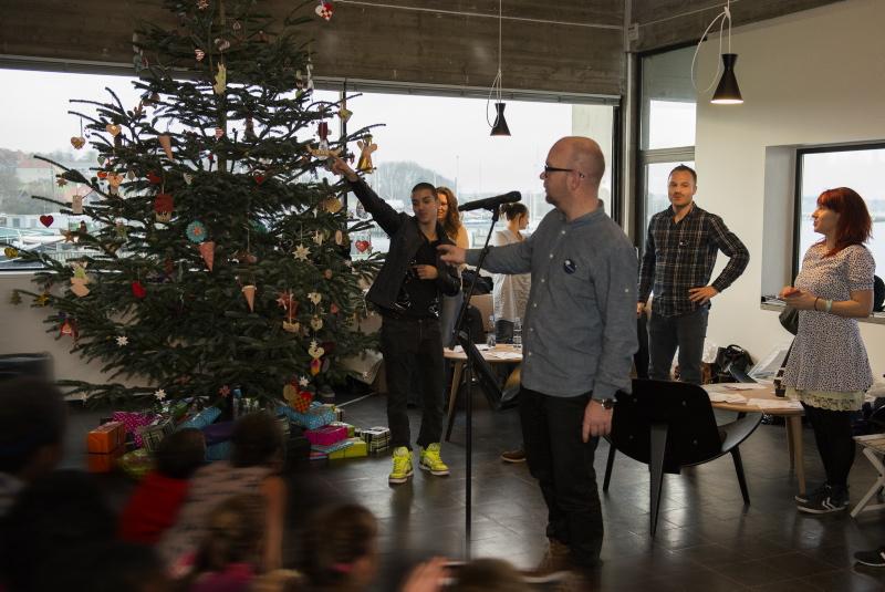 Juletræet tændes underledelse af Lars Hjortshøj.
