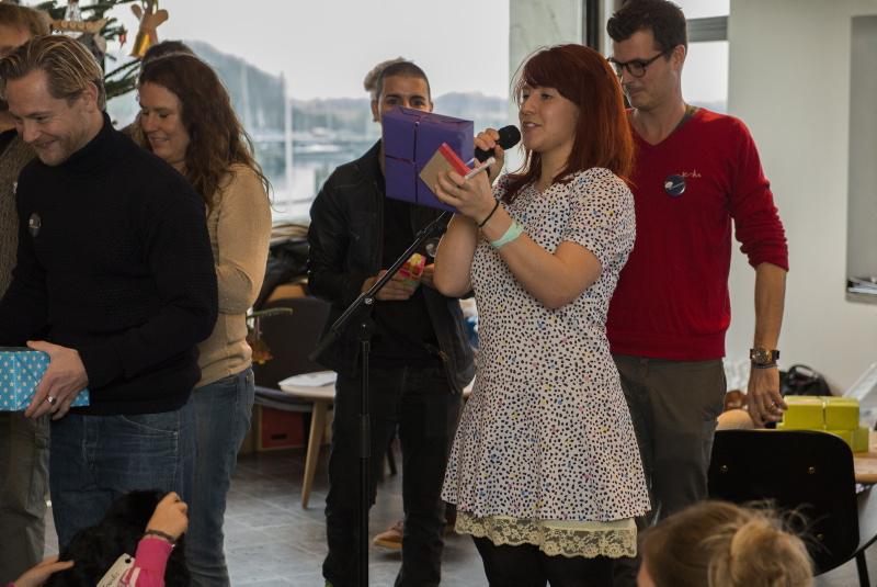 Der var gaver til alle børn. Her uddeler Katrine Bille en af gaverne.