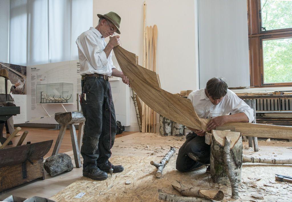 Vikingeskibsmuseet bidrog til udstillingen Schiffe dier wikinger med to bådebyggere der byggede en rekonstruktion af den lille gokstadbåd.