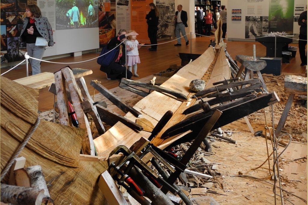 Vikingeskibsmuseet bådebyggere igang med at bygge en rekonstruktion af den lille goksradbåd i Martin-Gropius-Bau udstillingshus i Berlin