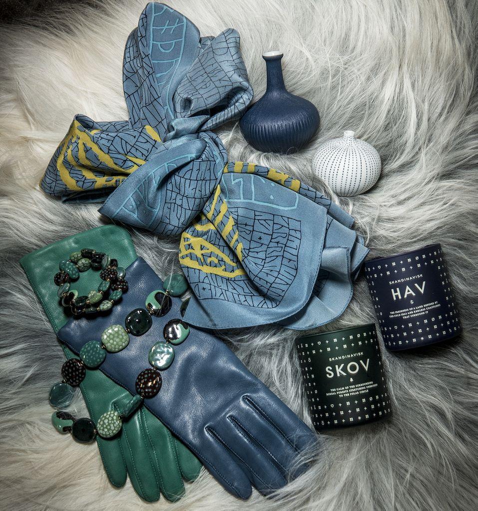 Besøg Museumsbutikken og find den overraskende, originale julegave. Lækre handsker i lammeskind 399.- Fås i mange farver, et elegant silketørklæde med smukt runemotiv 459,-  eller måske en Kazuri halskæde, kort 459,-,