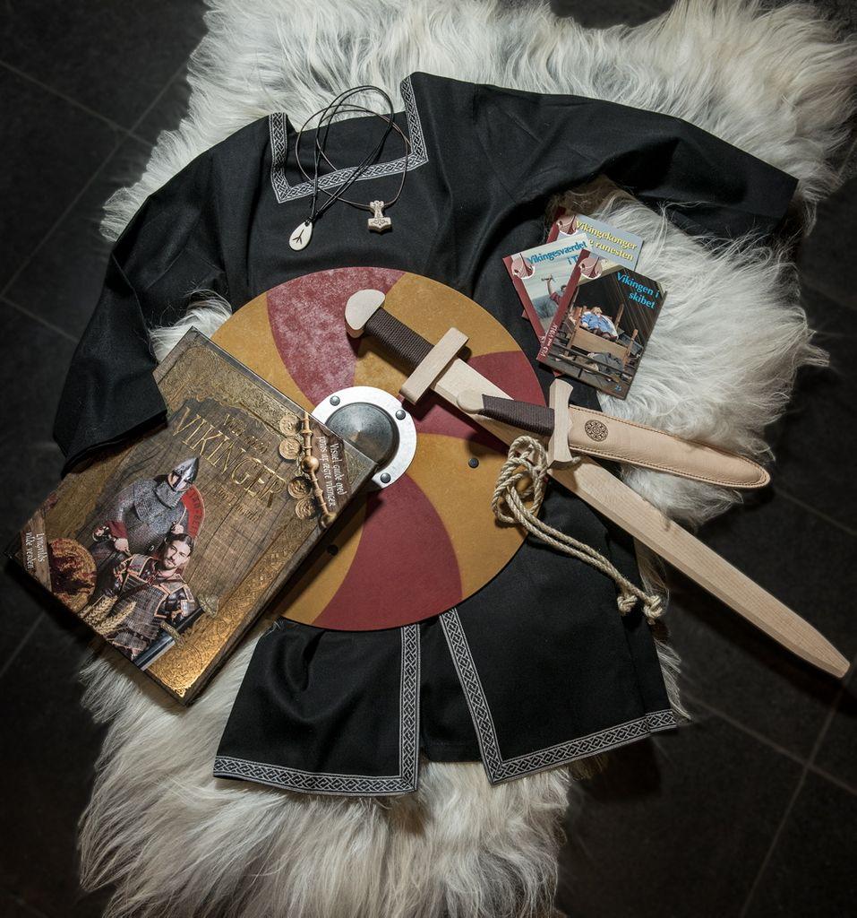 Besøg Museumsbutikken og find gaven til den lille viking M/K. Hvad med en sej vikingekofte med broderede bånd: 299,00?