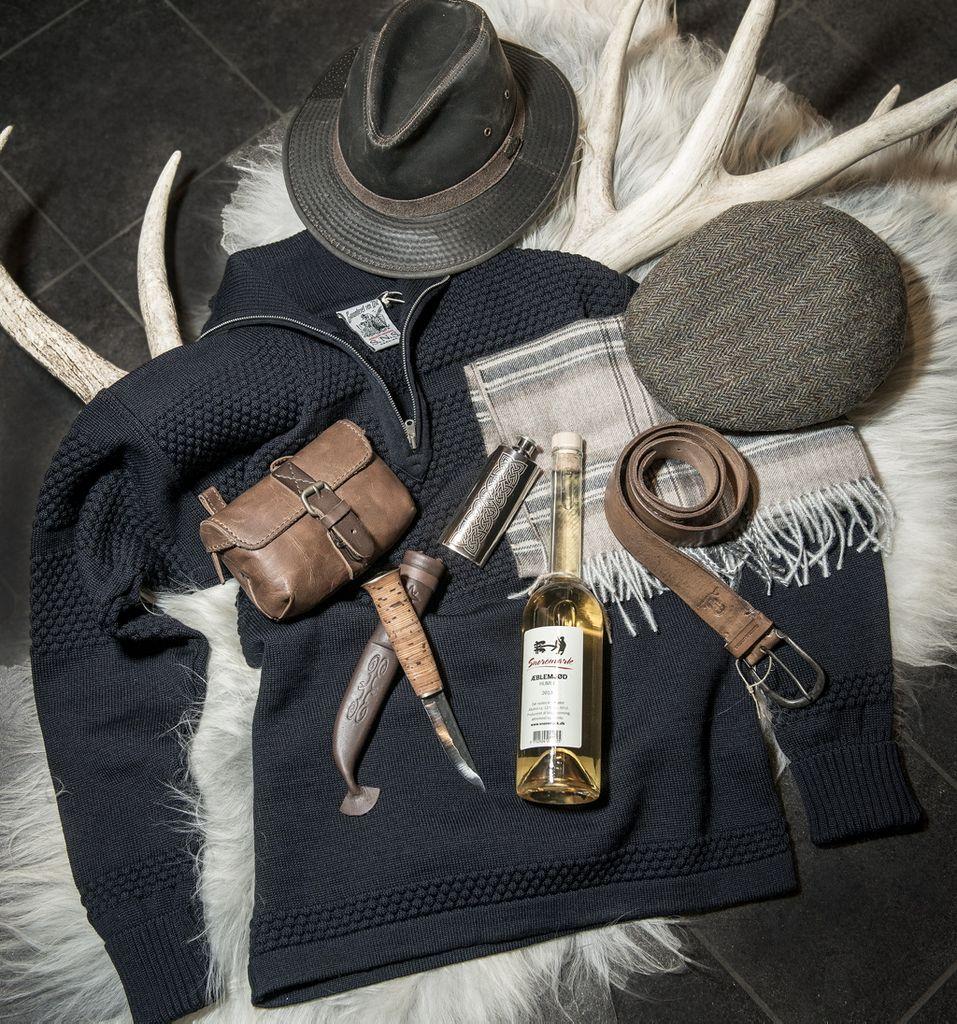 Besøg Museumsbutikken og find gaven, der luner ham i den kolde tid. Det kunne være den originale marineblå SNS sømandssweater fra 1931 til 1250,00 eller et skønt blødt tørklæde i baby alpacca til 299,00.