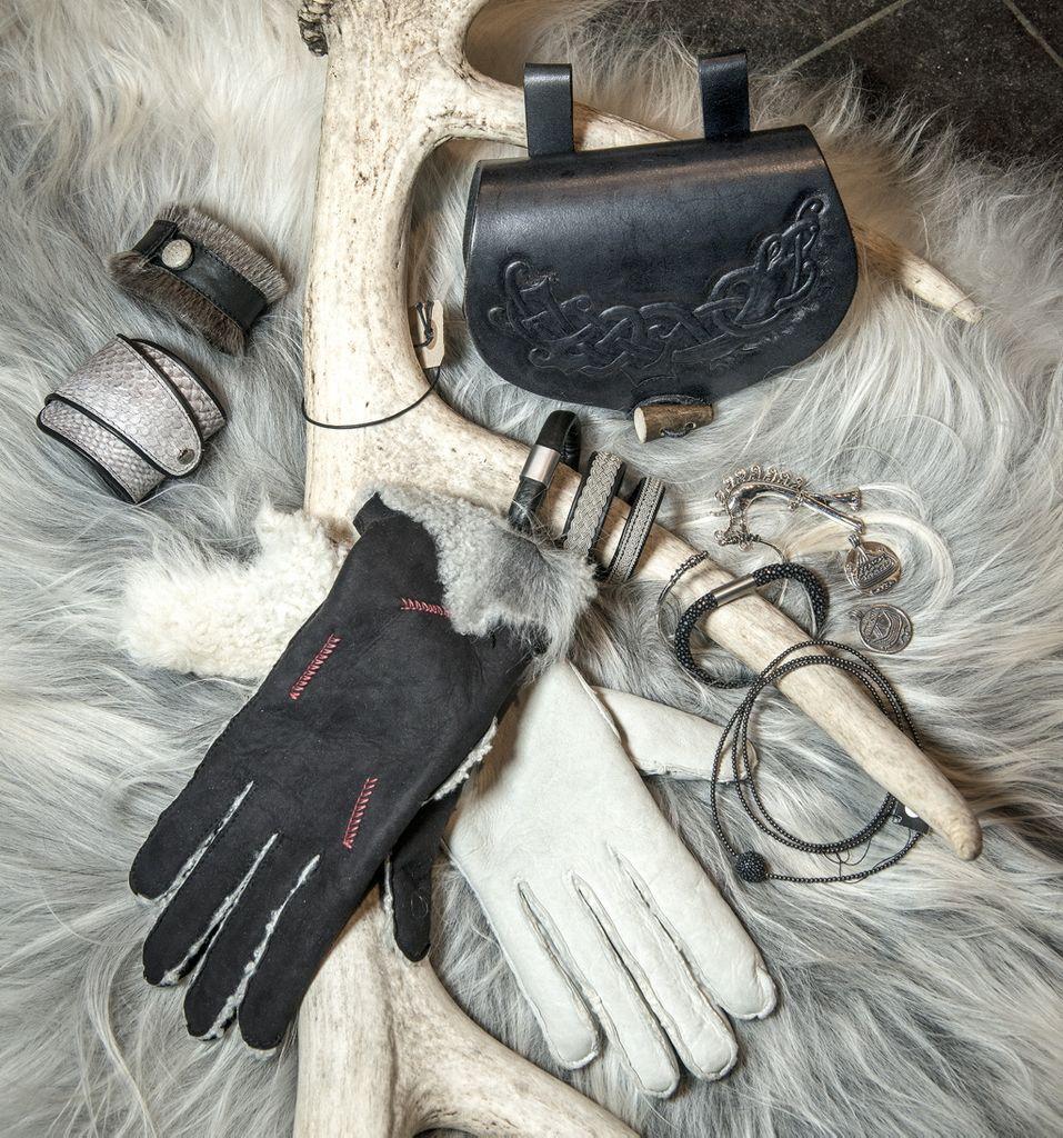 Besøg Museumsbutikken og find gaven, hun ikke vidste, hun ønskede sig. Lækre rå rulammeskindshandsker: 899,00 og håndlavet bæltetaske med prægning og rentak luk: 799,00 Ligger på et lækkert økologisk garvet fåreskind: 1450,00