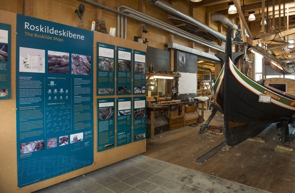 Udstillingen om Roskildeskibene kan ses i Museets bådeværft på museumsøen.