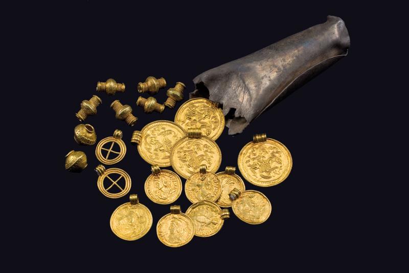 Samlet fund af brakteater og guldperler fra Sorte Muld. Foto Martin Stoltze, kilde: Wikipedia