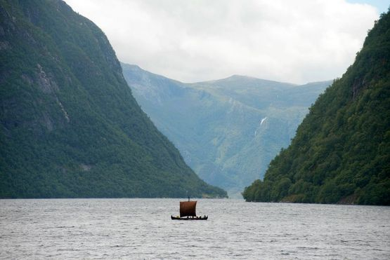 A small ship between high mountains - The Viking ship 'Skjoldungen' sails this summer from the Sognefjord to Roskilde on a trial voyage which is to provide new knowledge about the Viking coastal navigation.